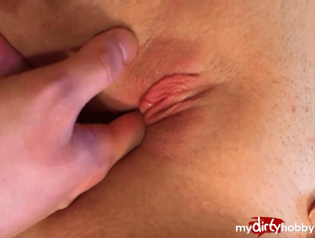 Penis und zwei Finger in Muschi